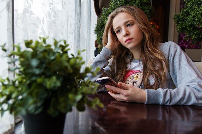 Menina adolescente com celular na mão, autora: nastya_gepp | Pixabay