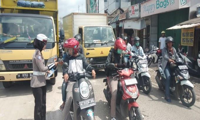 Satlantas Polres Serang, Bagi-bagi Leaflet dan Kampanye Keselamatan Lalu lintas pada Penggunaan Jalan