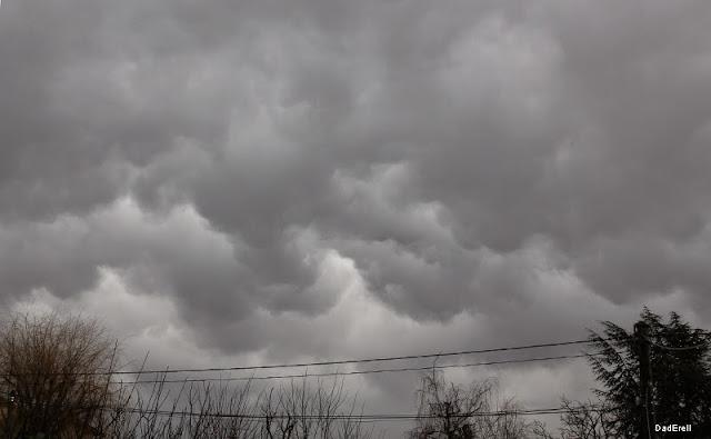Ciel de nuages gris et bas.