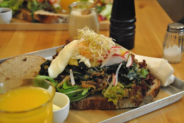 Neumanns - Brot Spinat, pochiertem Ei und Brandade (Anchovis-Kartoffelmus)
