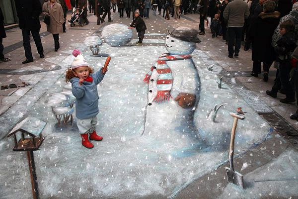 Karlar üstünde bir kardan adam gösteren kaldırım sanatı resmi