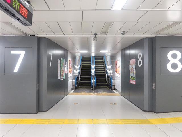 エスカレーター,JR新宿駅〈著作権フリー無料画像〉Free Stock Photos