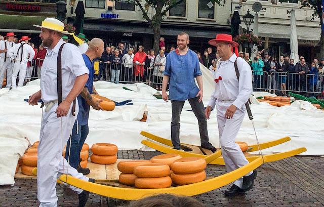 Käseträger auf dem Käsemarkt Alkmaar