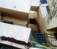Rigid architectural flashing results pound of two wings of buildings (Northridge earthquake, 1994)