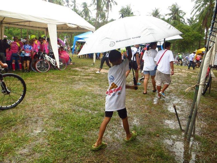 маленький ребенок с большим зонтом