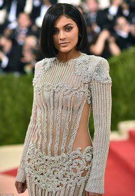 kylie jenner looking angelic on the met gala red carpet 2016