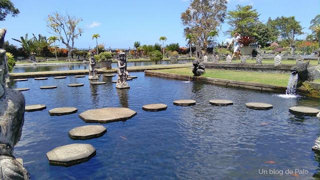 """Estanques """"paseables"""" en el Palacio del agua Bali"""
