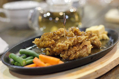 Steak Ayam dengan saus lada hitam ala unique kafe