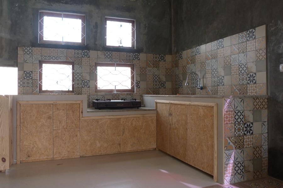 Dapur Kombinasi Waferboard Bekas Dengan Keramik Vintage