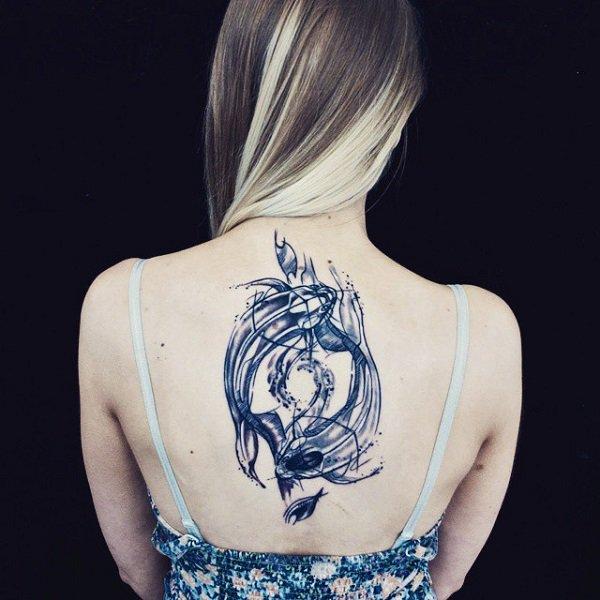 chica con tatuaje de de yin yang en forma de peces