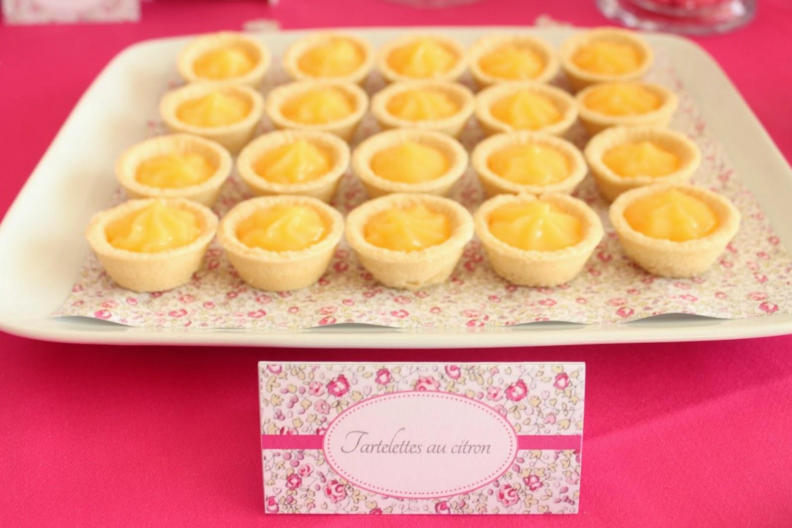 Mini tartelette au citron sur decoration fleuri