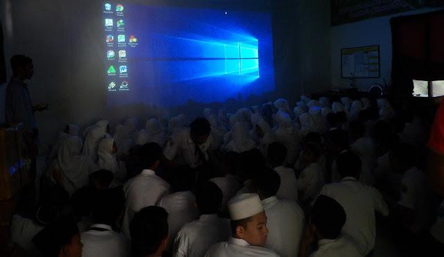 Zafira 3D Cinema Hibur Siswa MTsN 1 Probolinggo Lewat Film 3D