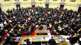 Este miércoles, el oficialismo logró que el plenario de comisiones de Legislación del Trabajo y de Presupuesto y Hacienda fijasen un cronograma de expositores para dilatar el debate y postergar la votación al menos hasta el jueves 19 de mayo.
