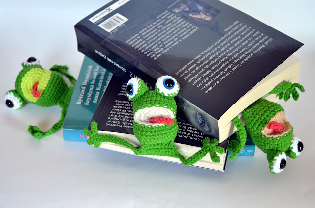 szydełko, żaba, książka