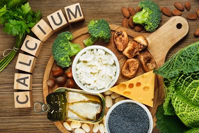 8 Sumber Vitamin Dan Nutrisi Yang Baik Untuk Kesihatan Tulang Belakang |Pemakanan atau diet yang diamalkan setiap hari juga salah satu factor penyebab sakit belakang yang mesti ramai yang terlupa atau terlepas pandang.  Pemakanan yang sihat dan berkhasiat pasti akan dapat mencegah gejala sakit belakang ini. Tetapi hari ini tidak semua orang boleh mengikut diet yang sempurna yang dicadangkan oleh pakar pemakanan.  Makanan Segera dan Kedai Makan  Kesibukkan menjadikan kita lebih memilih makan segera (fast food), daripada mengamalkan pemakanan yang sempurna yang dicadangkan oleh pakar pemakanan.  Begitu juga jika tidak makan makanan segera, pilihan yang lain adalah kedai makan yang banyak samaada tepi jalan mahupun restoran. Tahukah anda, kebanyakkan kedai makan atau restoran juga menggunakan perisa dan bahan-bahan yang boleh membahayakan kesihatan kita. 8 Sumber Vitamin Dan Nutrisi Yang Baik Untuk Kesihatan Tulang Belakang  Beberapa sumber vitamin yang baik untuk kesihatan tulang belakang adalah :-  Vitamin A  Merupakan antioksida yang dapat membantu sistem imunisasi badan untuk melawan penyakit. Ia bagus untuk belakang kerana membantu pembaikkan tisu dan pembentukan tulang. Selain itu, ia juga dapat membantu penggunaan protein badan dengan berkesan.  Sumber Vitamin A  Daging lembu, hati ayam, susu, mentega, keju dan telur; buah-buahan seperti aprikot, tembikai; sayur-sayuran seperti lobak merah, ubi keledek dan bayam.    Vitamin B12  Untuk kesihatan tulang sum-sum dan tulang belakang. Ia juga untuk berkembang dan berfungsi dengan baik.  Sumber Vitamin B12  Hati, ikan, daging merah dan ayam, susu, yogurt, keju dan telur. 8 Sumber Vitamin Dan Nutrisi Yang Baik Untuk Kesihatan Tulang Belakang