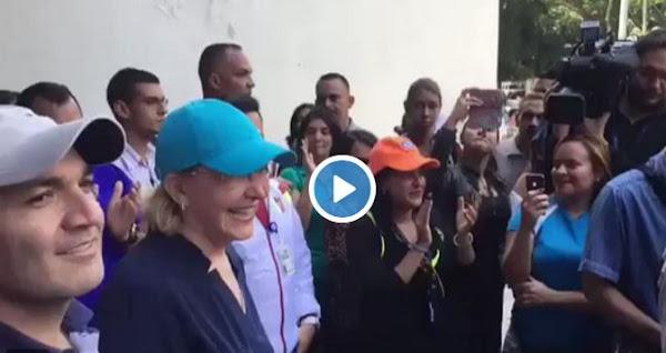Fiscal General Luisa Ortega recibida con consignas de apoyo en Parque Carabobo