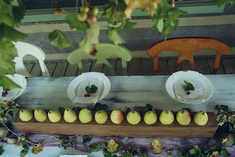 Fall_Tablescape_Outdoor_pears_sugarmold_purple_grapevines