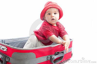 Foto da web com criança brincando dentro da mala