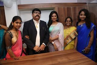 Sreemukhi Launches Manvis Saloon  0040.jpg