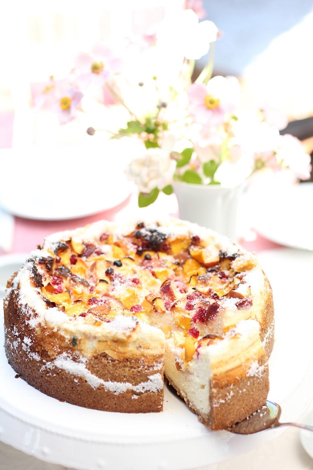 Gesunder Cheesecake mit Johannisbeeren und Pfirsichen