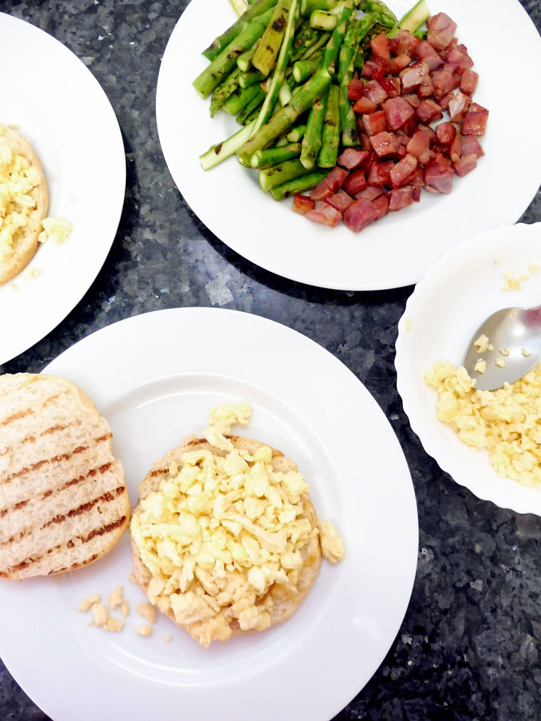 Bocadillo de huevos revueltos con espárragos trigueros y jamón