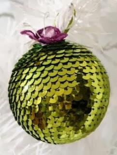 http://manualidadesnavidad.org/esferas-de-navidad-con-lentejuelas/