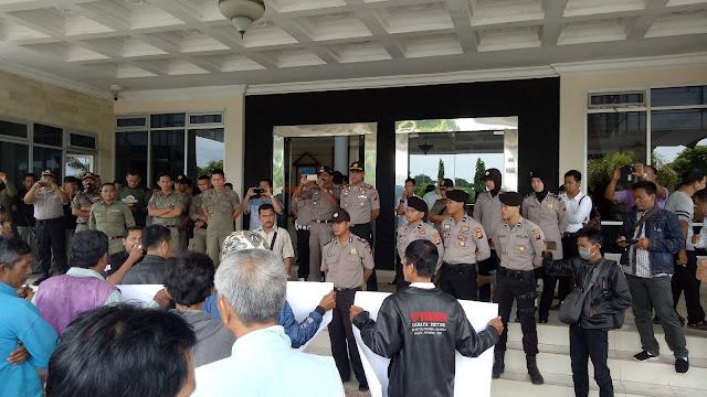 Puluhan Masyarakat OKI Demo DPRD Minta Aktifitas PT Waskita Distop