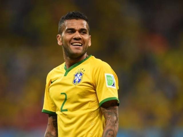 Alves đã vượt qua cựu cầu thủ đồng hương, Pele về số danh hiệu có được.