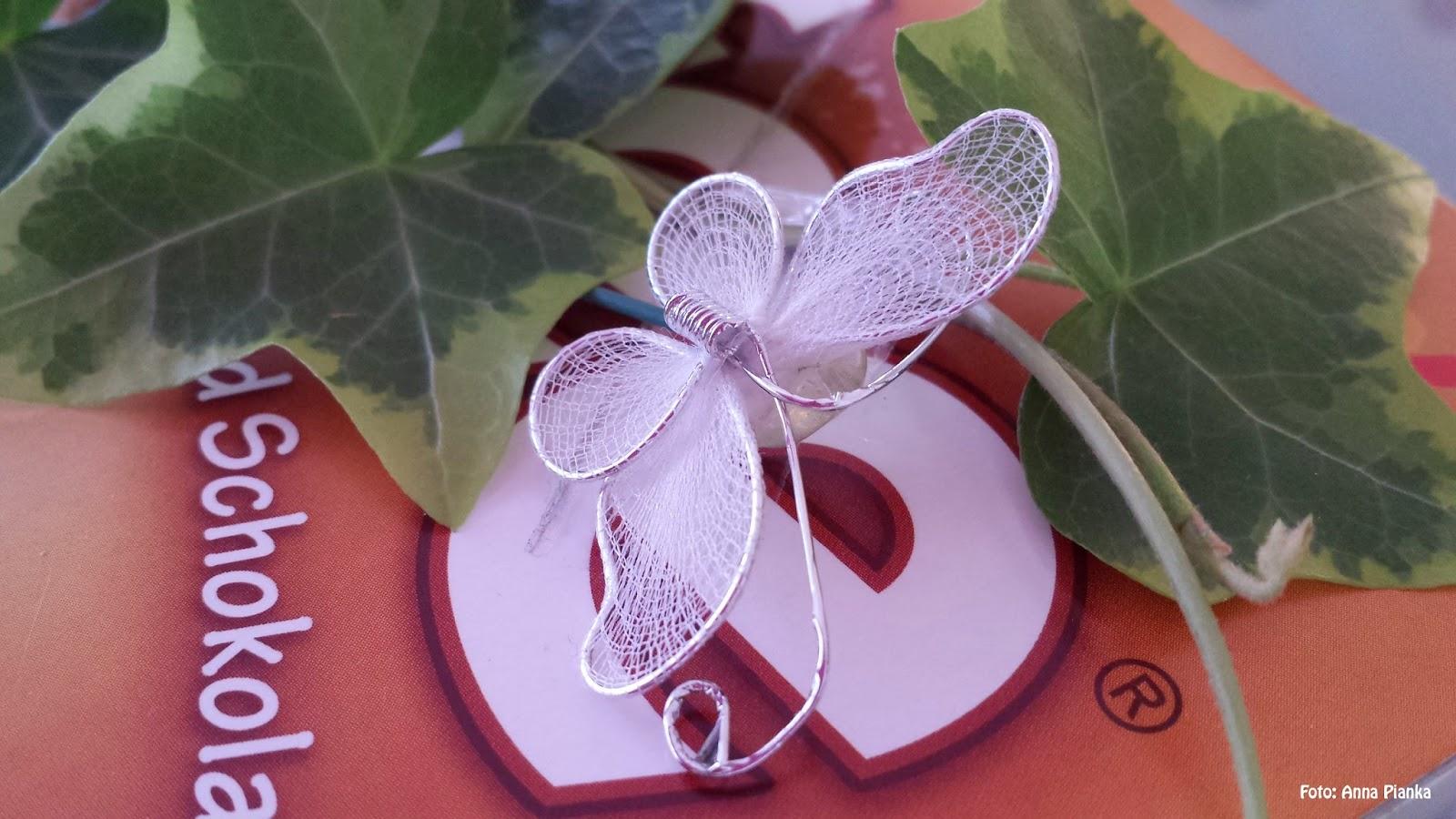 Weißer Stoff-Schmetterling auf Toffifee-Packung geklebt, Nahansicht