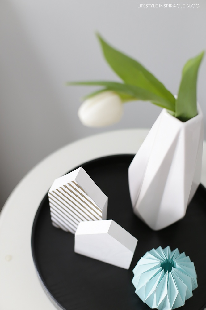 biały tulipan w wazonie