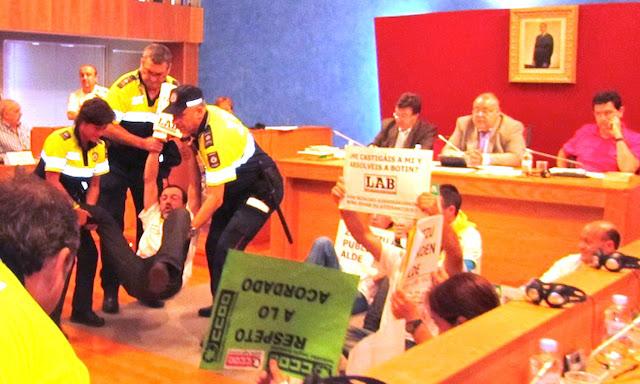 Desalojo de sindicatos por el alcalde socialista Tontxu Rodríguez