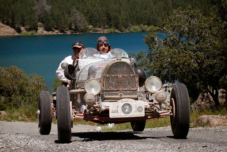Baquet argentino: um carro antigo despido ao essencial para disputar uma prova de longa duração.