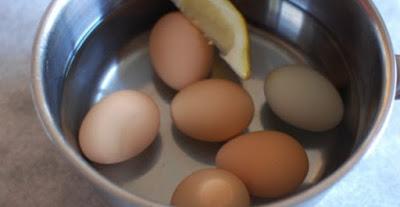 Βάζει τα αυγά να βράσουν και ρίχνει μέσα μια φέτα λεμόνι. Ο λόγος; Πανέξυπνος!
