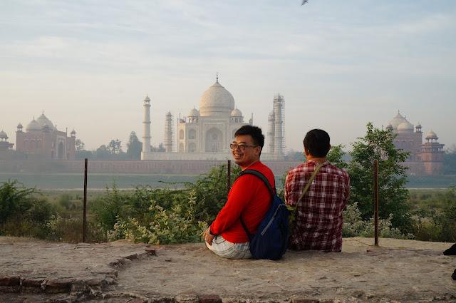 Tukang Jalan Jajan dan Iman Santosa, Mehtab Bagh diseberang Taj Mahal, Agra, India