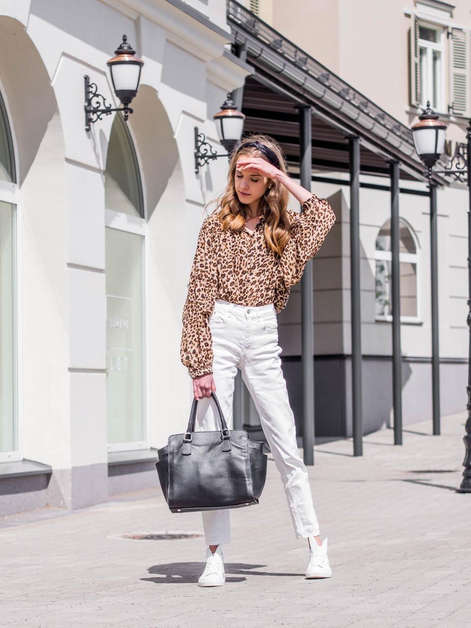 fashion-blogger-photoshoot-behind-the-scenes-outfit-with-white-denim-leopard-blouse-muotiblogi-asukuvat-valkoiset-farkut-leopardi-paita