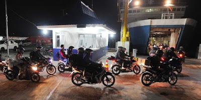 Berebut Untuk Memasuki Kapal, Para Pemotor Jatuh Ke Laut Pelabuhan Bakauheni