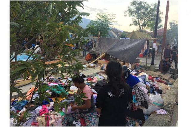 Cerita Pengungsi di Palu Antusias Memilih Pakaian Layak Pakai...