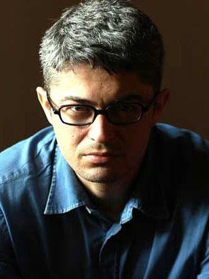 Rafael Osío Cabrices (foto en color, claro oscuro, luz sobre el costado derecho)