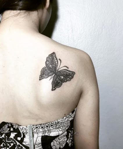Esta intrincada tatuagem de borboleta
