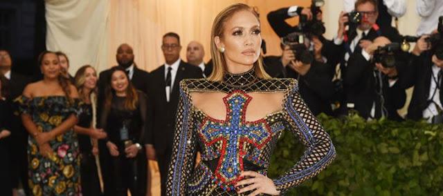 Στοιχηματίζουμε ότι δεν έχεις ξαναδεί μεγαλύτερο σκίσιμο σε φόρεμα από αυτό της Jennifer Lopez