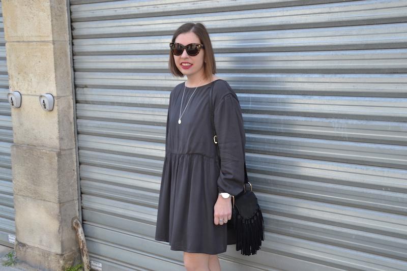 Robe grise American Vintage, sac like Chloé, espadrille noire Asos, collier l'Atelier d'amaya, lunette Aliexpress