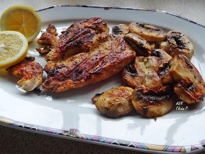 Ελαφρύ πιάτο με κοτόπουλο και μανιτάρια ροδοψημένο και σερβιρισμενο σε ωραια πολυγωνικη πιατελα με μια φετα λεμονι