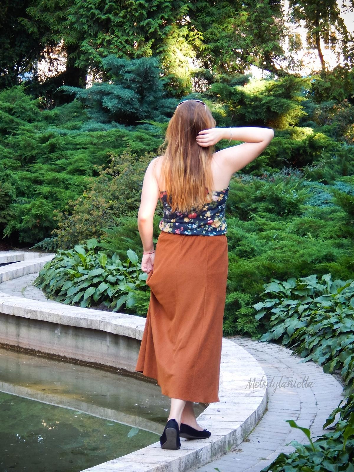 ruda spodnica mamy kolorowy top river islands czarna torebka manzana lookbook na jesien maxi