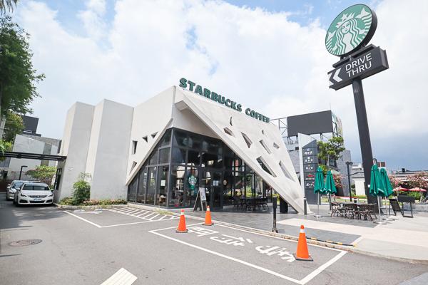 星巴克台中市政門市白色三角形有特色,挑高設計還有得來速車道