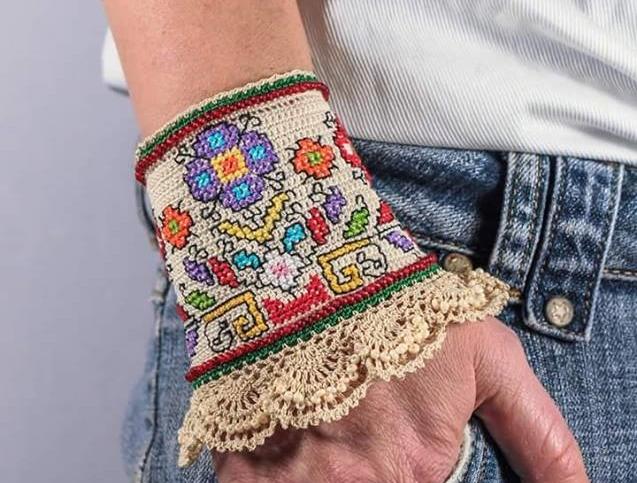 bransoleta mankiet haftowana krzyzykami z szydelkowa koronka