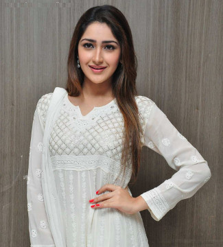 Simple Look of Sayyeshaa Saigal in white Kurti