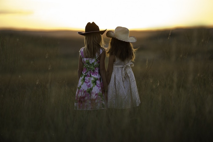 comuniones low cost- niñas mirando el horinzonte