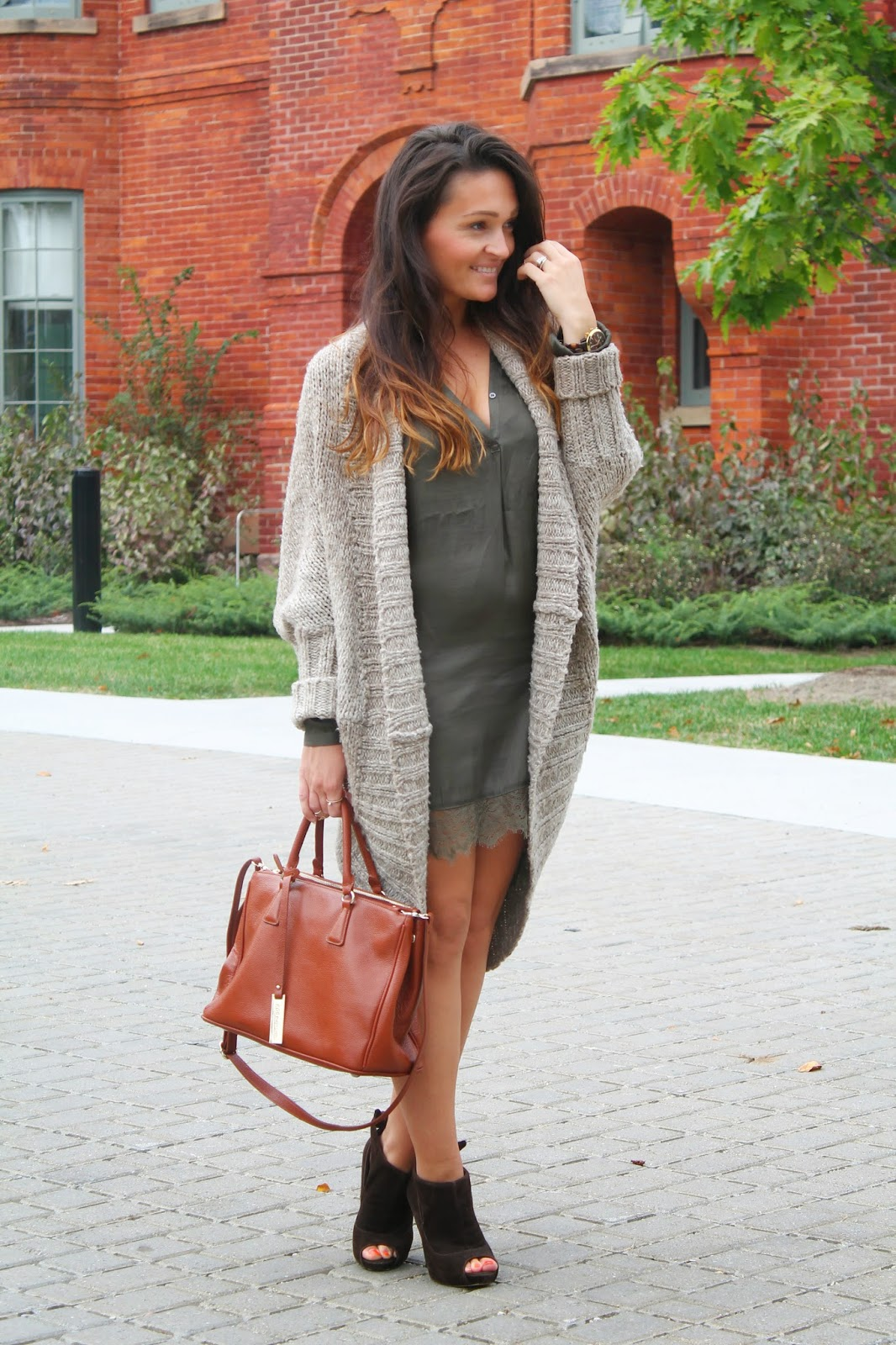 uk fashion blogger, Fall outfit, silk dress, oversized sweater, olive green dress, toronto street style, blogerke, jesenja moda, canadian fashion blogger
