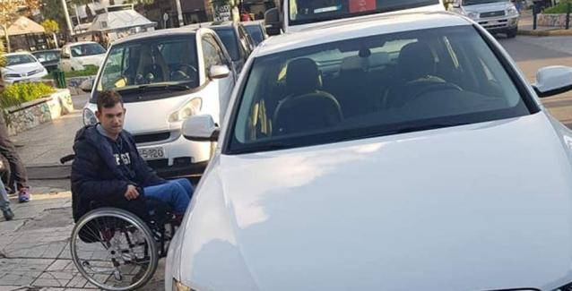 Viral: Το ξέσπασμα γονιού που περίμενε 45 λεπτά με τον γιο του σε μπλοκαρισμένη διάβαση για ΑμΕΑ