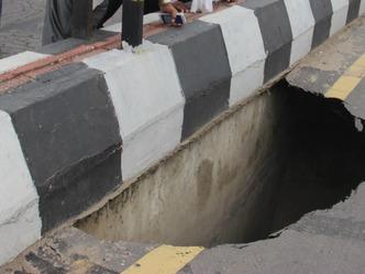 लखनऊ में गांधी सेतु की सड़क धंसी, यातायात डाइवर्ट